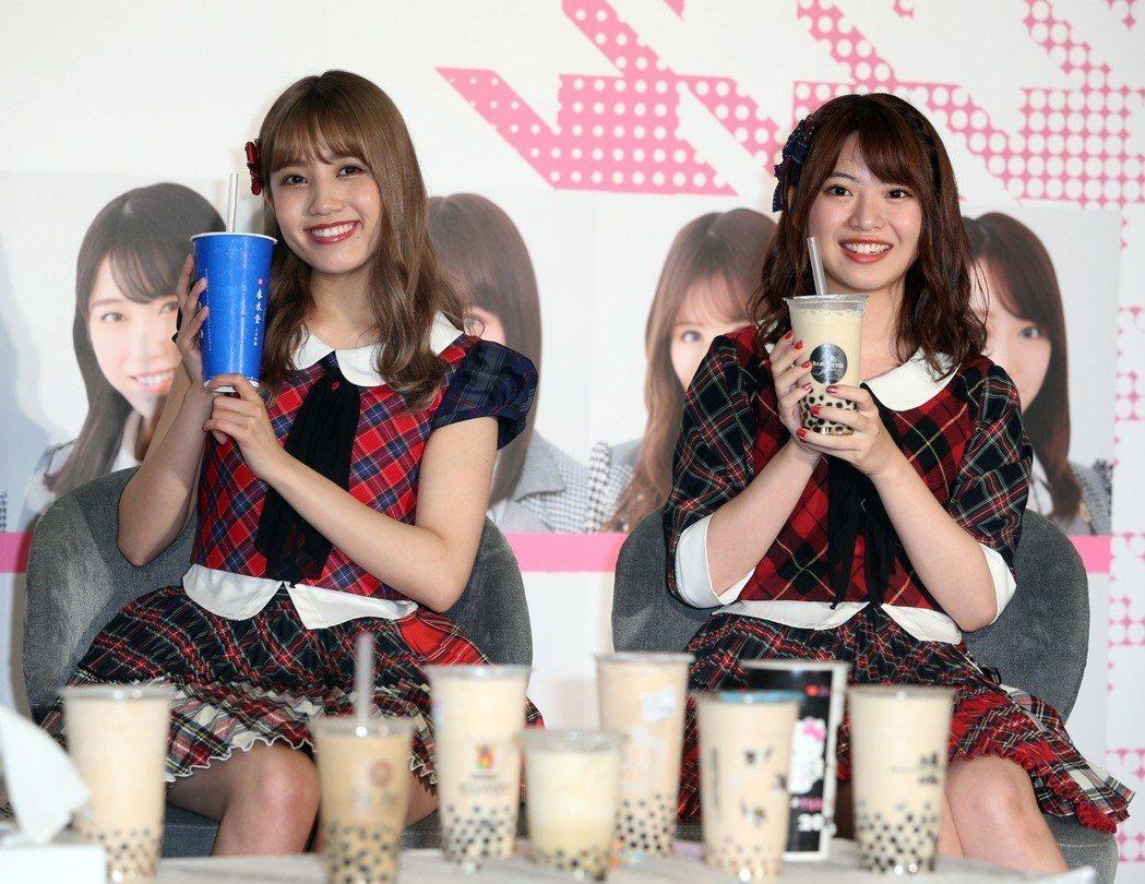 AKB48人氣成員馬嘉伶(右起)、加藤玲奈記者會,宣傳10月小巨蛋演唱會。記者曾