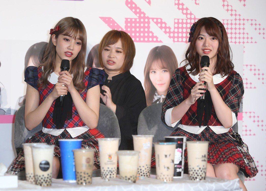 AKB48人氣成員馬嘉伶(右起)、加藤玲奈記者會,宣傳10月小巨蛋演唱會。記者曾...