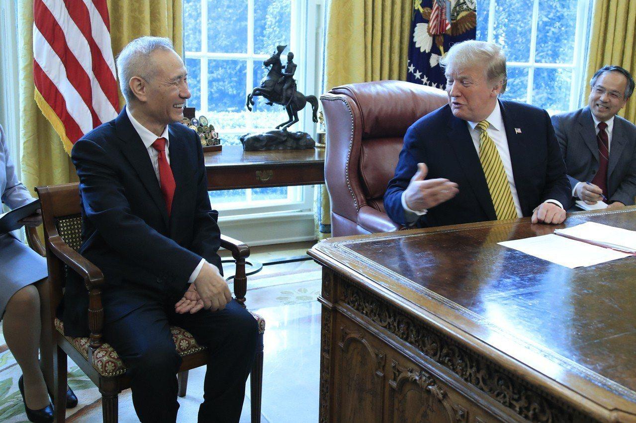 今年4月劉鶴在白宮橢圓形辦公室會晤川普。 (美聯社)