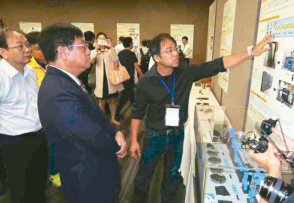環保署署長張子敬(左)主持成果發表會,並參觀工研院等單位的研發成果。 李炎奇/攝...