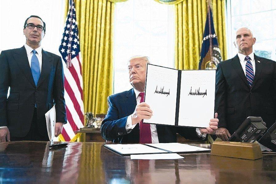 美國總統川普簽署擴大制裁伊朗的行政命令。 美聯社