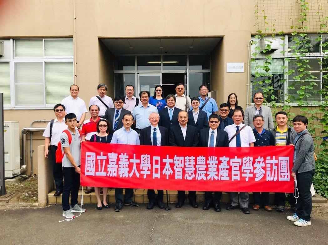 訪問團於筑波大學T-PIRC機能植物創新研究中心門口合影。 嘉大/提供