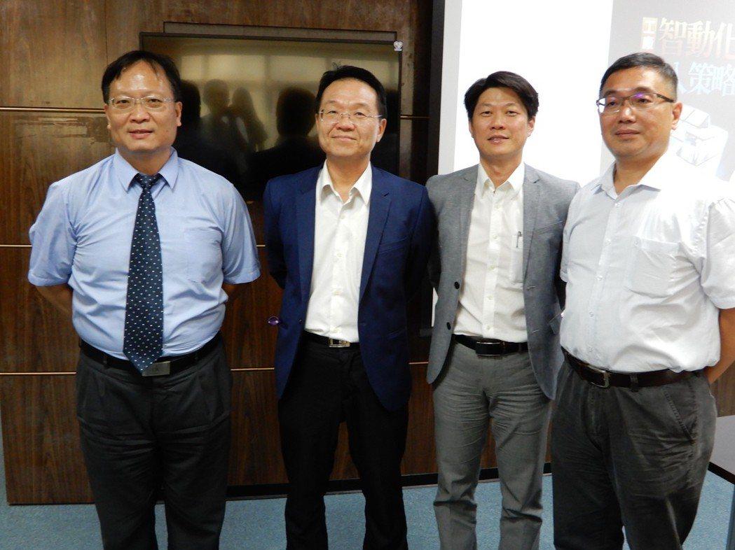 艾訊科技總經理黃俊雄(左起)、瑞精工科技總經理黃建昌、宏巨應用科技總經理洪程瑋、...
