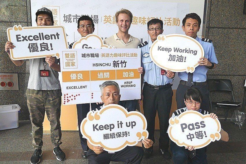 新竹巨城百貨店員接受城市職場英語力測試。 國家發展委員會/提供