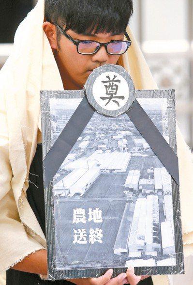 北中南各大學的學生代表上午前往立法院表達反對《工廠管理輔導法》修惡的立場,除了要...