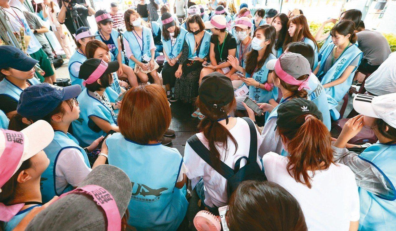 長榮空服員罷工進入第七天,上午現場開始討論罷工八大訴求該如何調整。 記者王騰毅/...