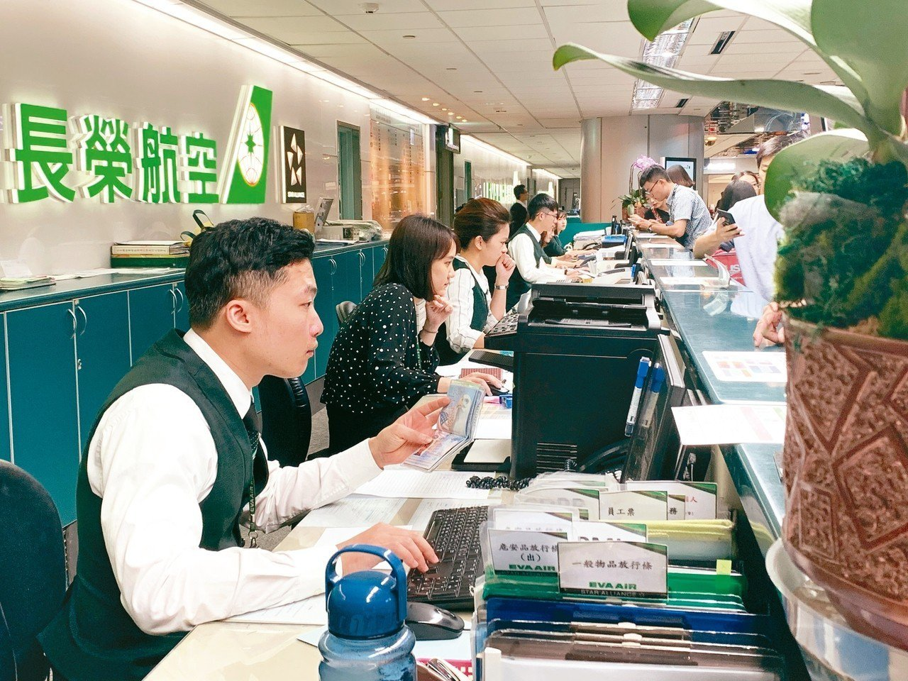 長榮航空票務櫃台忙於幫旅客簽轉機票。 記者陳嘉寧/攝影