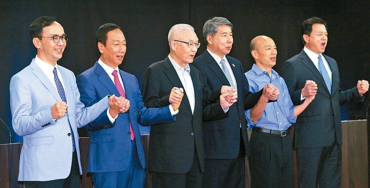 國民黨昨天在高雄舉行總統初選國政願景發表會,五位參加初選的候選人包括朱立倫(左起...