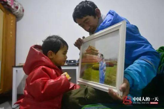 結婚紀念照被換成父女合照。圖片來源:微信上的中國