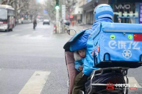 外賣車上多了一個小小的身軀。圖片來源:微信上的中國