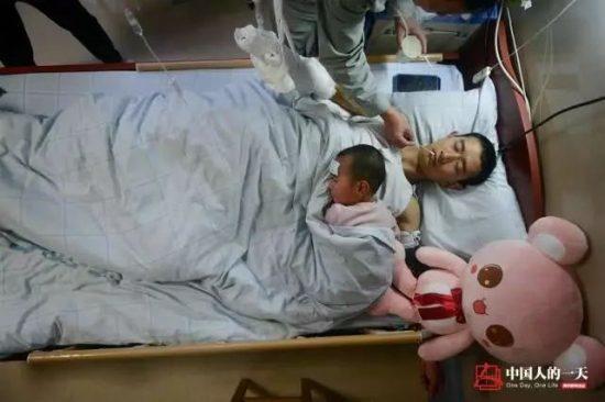 李幫勇術後非常虛弱,女兒趴在爸爸身上。圖片來源:微信上的中國