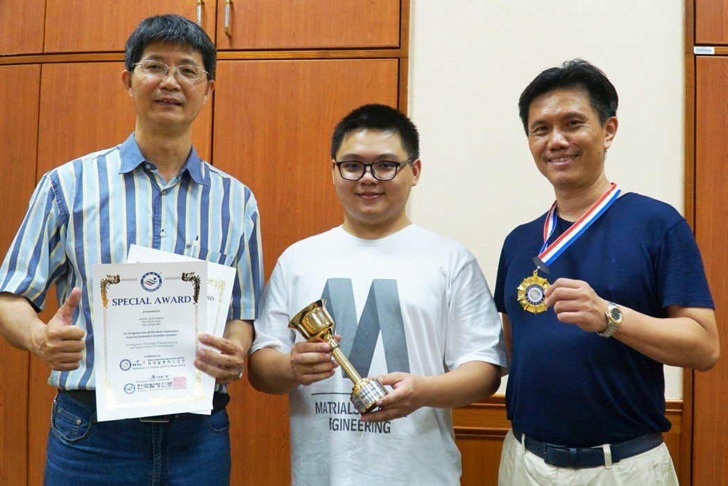 工學院院長陳郁文(右)、材料系教授姚品全(左)同時獲頒金牌與大會特別獎。 大葉大...
