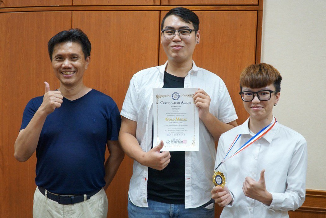 工學院院長陳郁文(左)指導綠色產品設計學程學生參加發明展奪金。 大葉大學/提供。