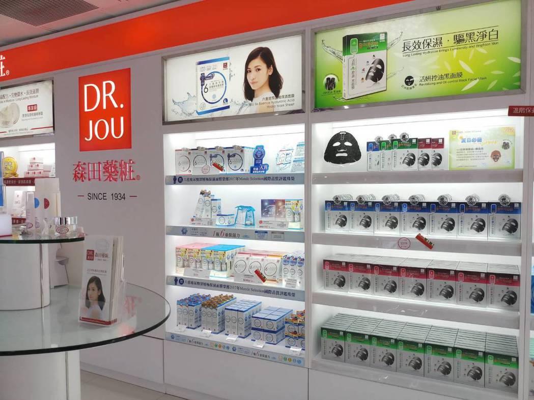 森田藥粧表示:DR.JOU備長炭超微導活妍控油黑面膜,較受男性消費者喜愛。森田藥...