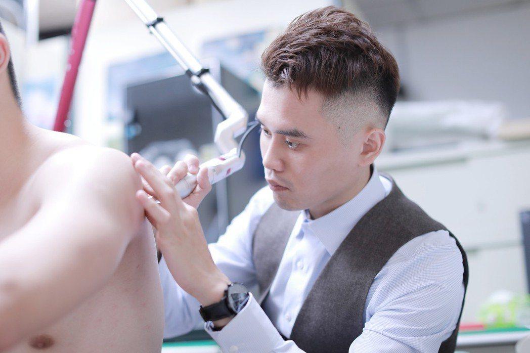 聖宜診所李桎陞醫師為誠正中學學員施作除刺青義診治療。聖宜/提供
