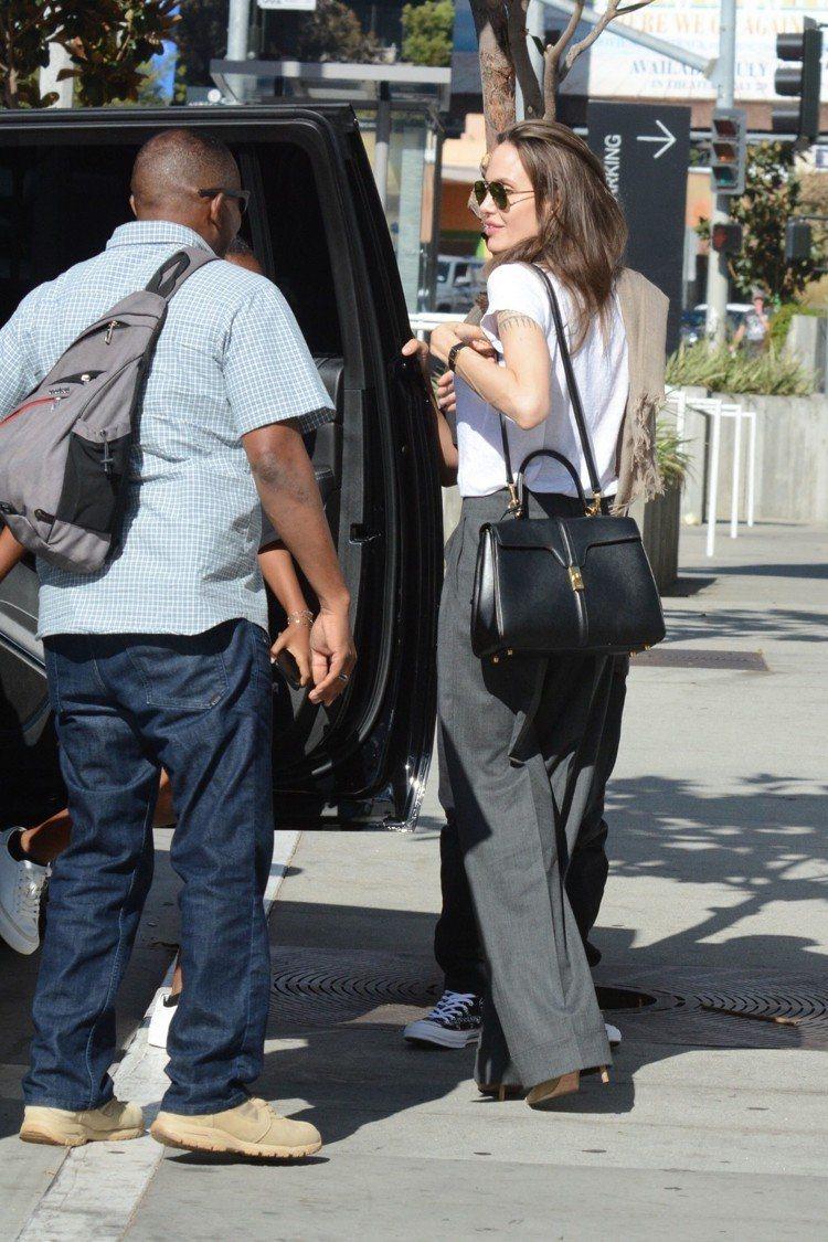 安潔莉娜裘莉以帥氣的褲裝搭配The 16包款。圖/CELINE提供