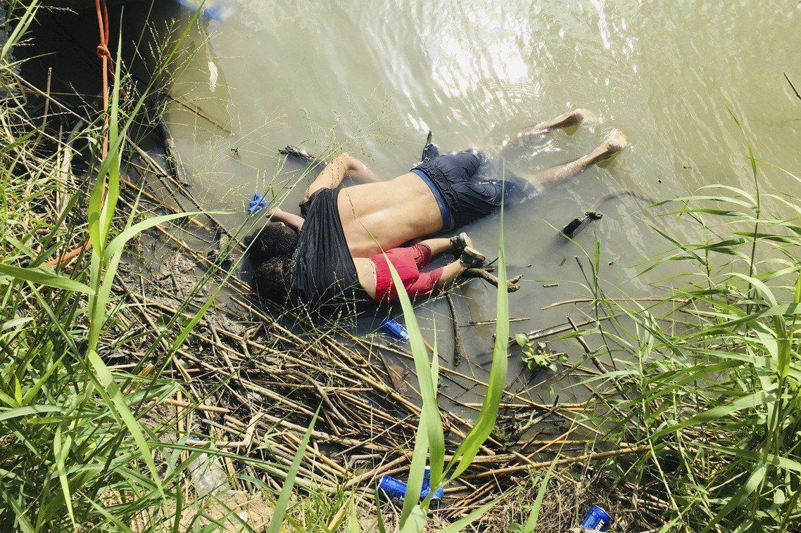 24日上午,一名薩爾瓦多女童瓦萊麗婭(Valeria),與她父親冰冷的遺體被沖刷...