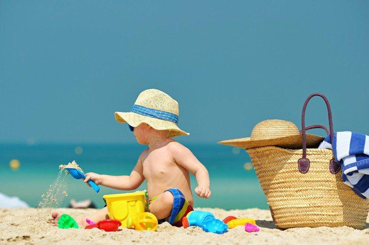 比起成人,嬰幼兒的眼睛更應該做好防曬,這是因為孩子的眼睛仍處於發育階段,對外界的...