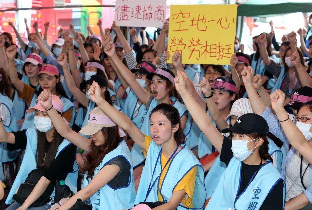 長榮空服員罷工事件沸沸揚揚,有個勞資雙方爭議的焦點,是所謂的「禁搭便車」條款。 ...
