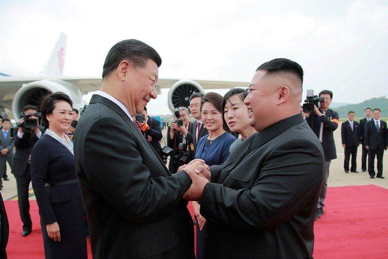 習在赴大阪參加峰會前,先到俄羅斯和北韓訪問。圖為習近平與北韓領導人金正恩。 圖/美聯社