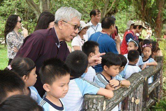 國父紀念館館長梁永斐教導孩子尊重生命、愛護大自然。 國父紀念館/提供