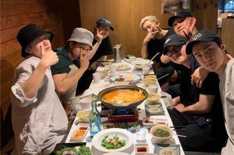 韓國人氣男團EXO成員吳世勛於26日公開了全員聚餐的照片。26日上午,EXO成員世勛通過個人SNS公開了成員聚餐的照片,照片中除了正在中國活動的張藝興(Lay)和今年五月入伍的大哥XIUMIN(金珉...