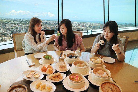 坐在台南最高的景觀餐廳中,俯瞰全台南,獨特的環狀外觀設計,可坐擁360度全景致,...