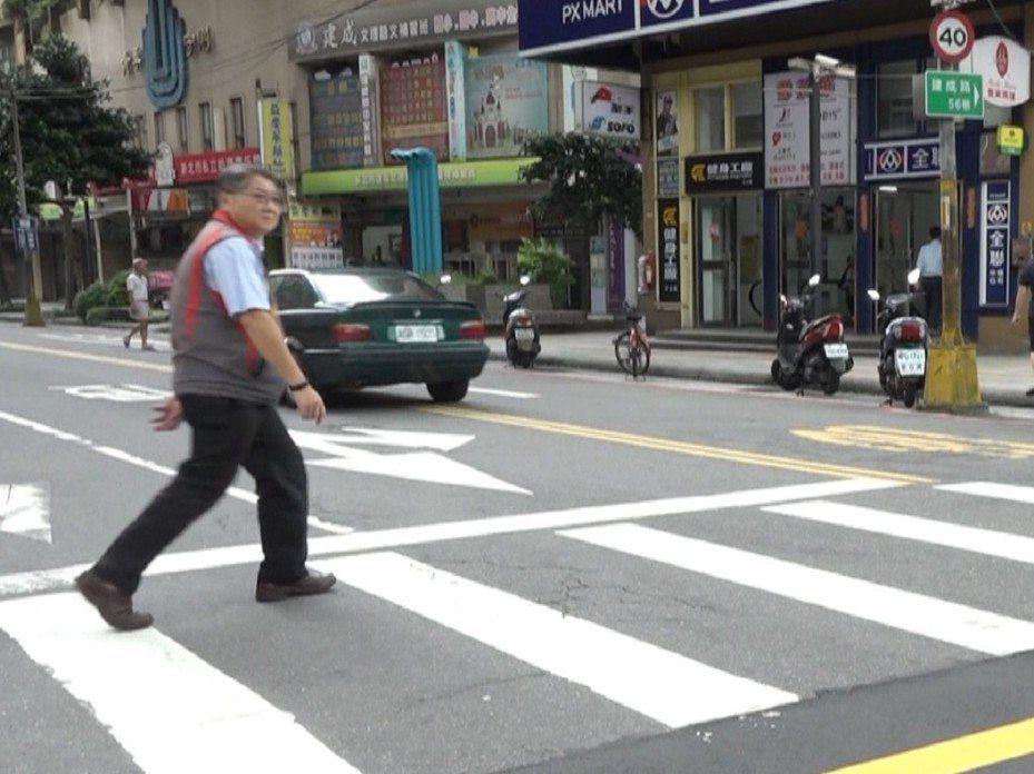 汐止建成路居住人口上萬人,人多車也多,建成路37巷口已經裝上行人觸控式按紐,保障行人安全。 圖/觀天下有線電視提供