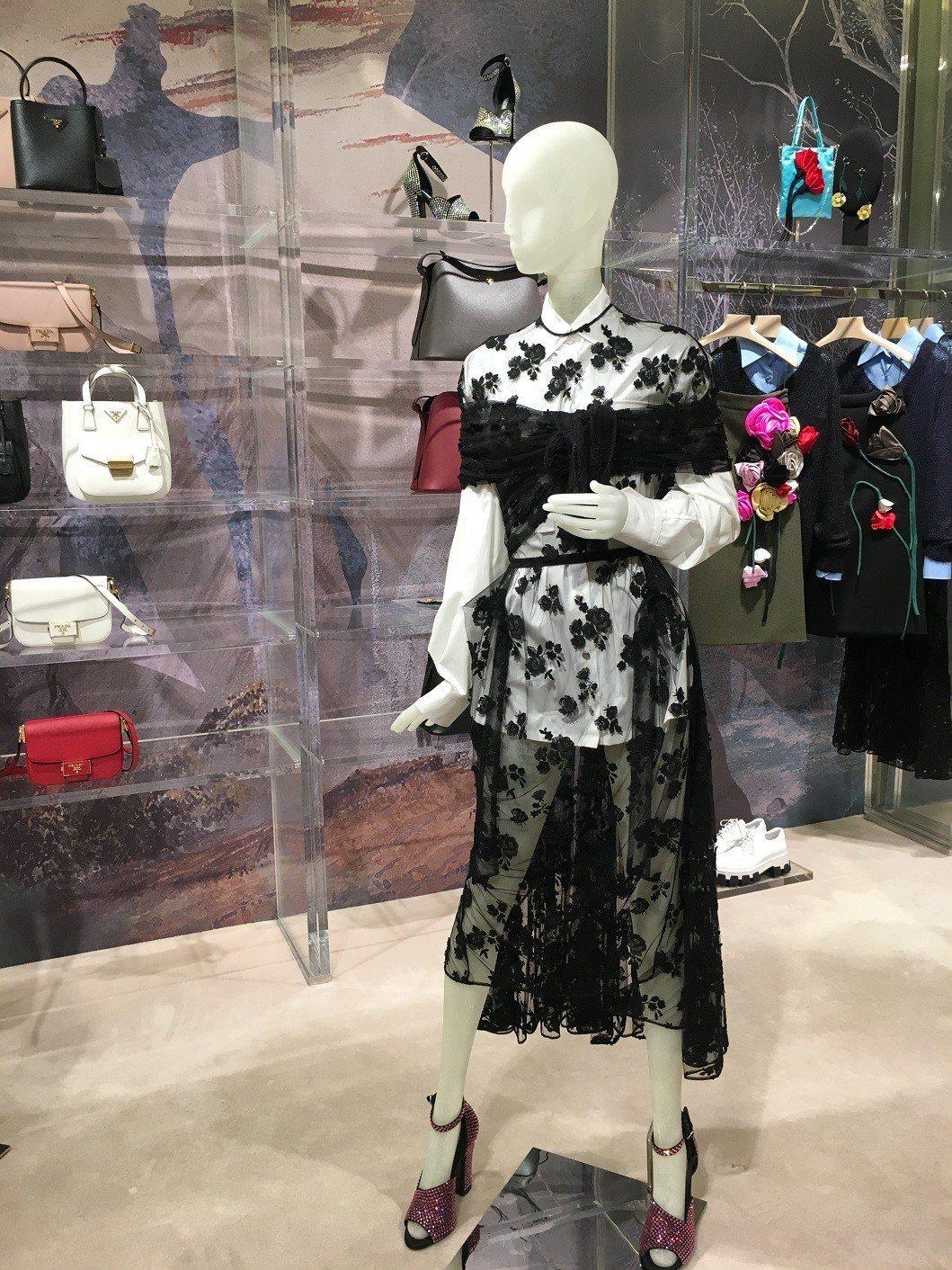 看似夢幻的透膚蕾絲卻用來搭配硬挺的襯衫與軍裝外套。記者吳曉涵/攝影
