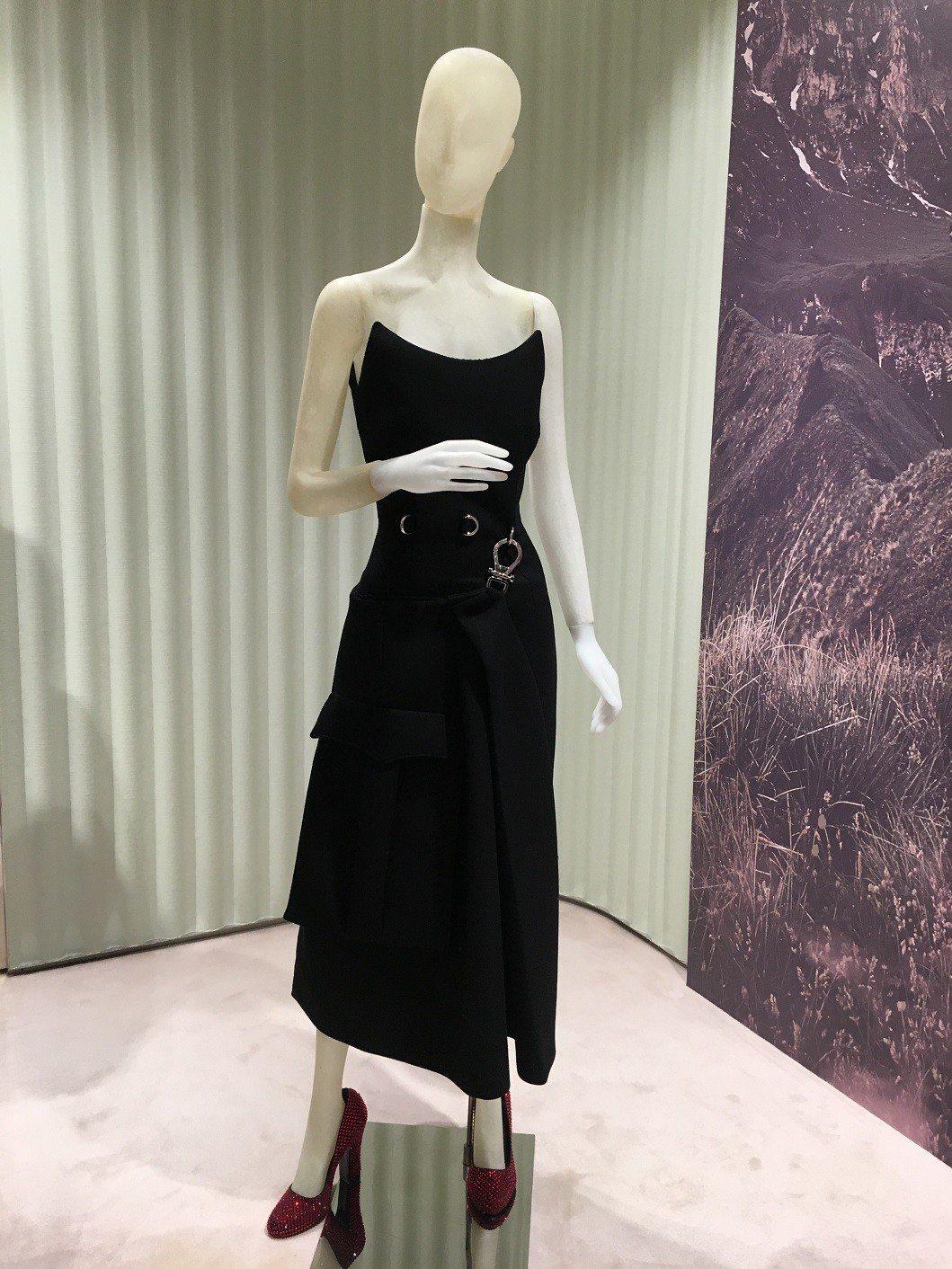 大衣、禮服外的金屬扣環與裝飾襯裙,也流露像是混搭降落傘扣環等戶外運動用品風格細節...