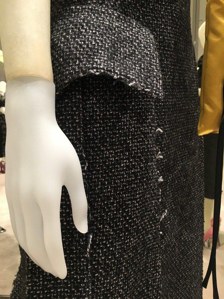 優雅的不對稱落肩洋裝,在收邊處理上也刻意留下毛邊展現不居小節的獨特造型感。記者吳...