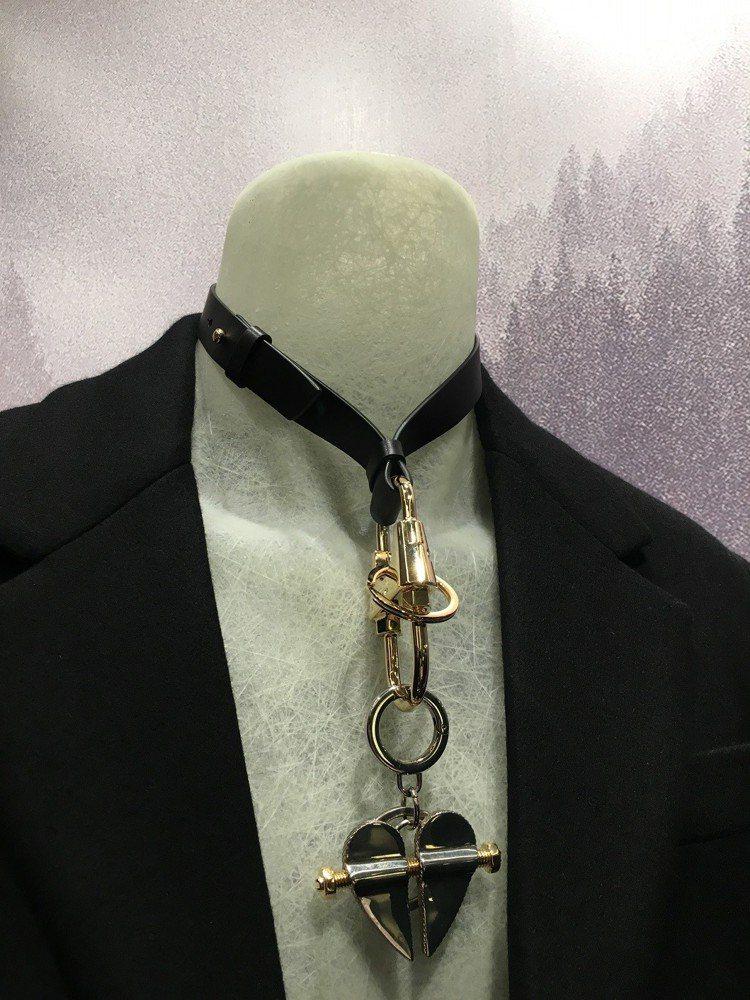誇張頸鍊配上男裝,展現跨越性別界線的穿搭方式。記者吳曉涵/攝影