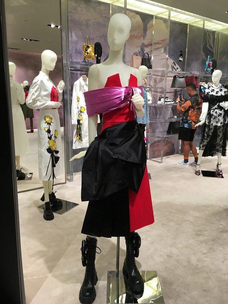 放大的緞帶蝴蝶結,為刻板印象中的甜美氣質注入高調又強悍的面貌。記者吳曉涵/攝影