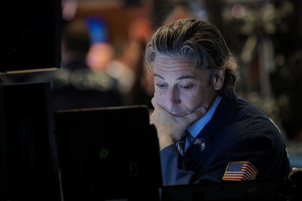 市場對Fed降息和美中貿易談判取得進展的預期降溫,美股挫跌。 路透