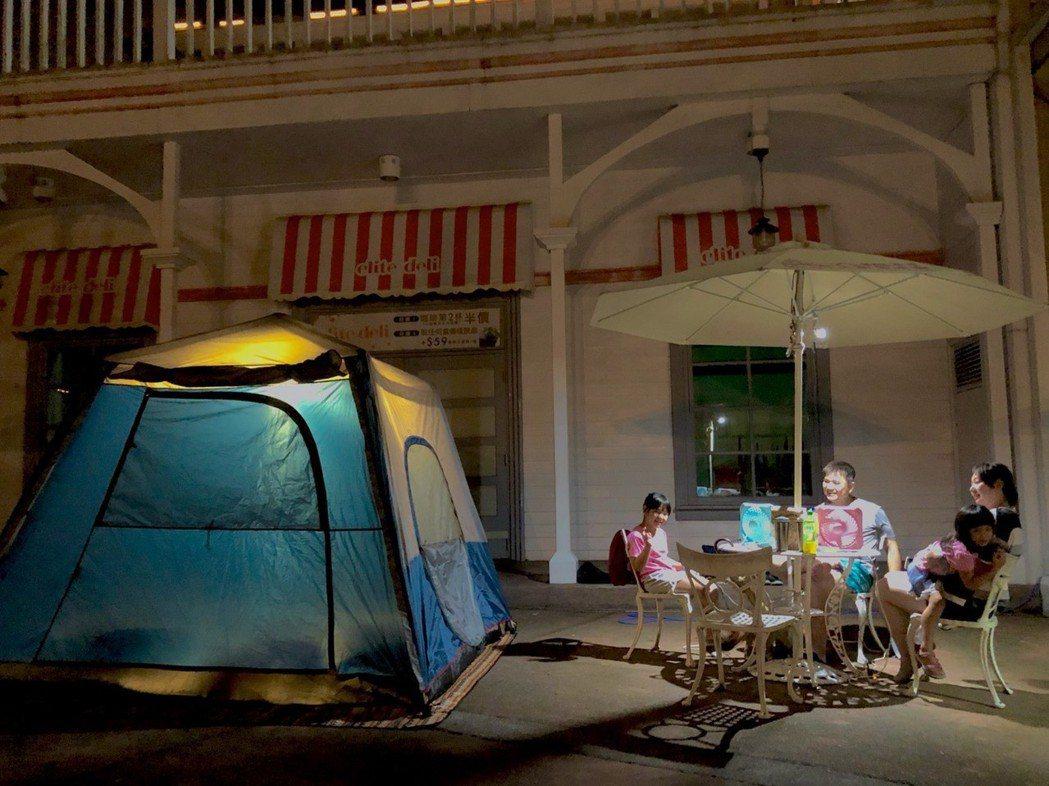 六福村樂園露營以「霓虹」為主題安排炫目又奇幻的系列活動,在點點星空下的霓虹螢光派...