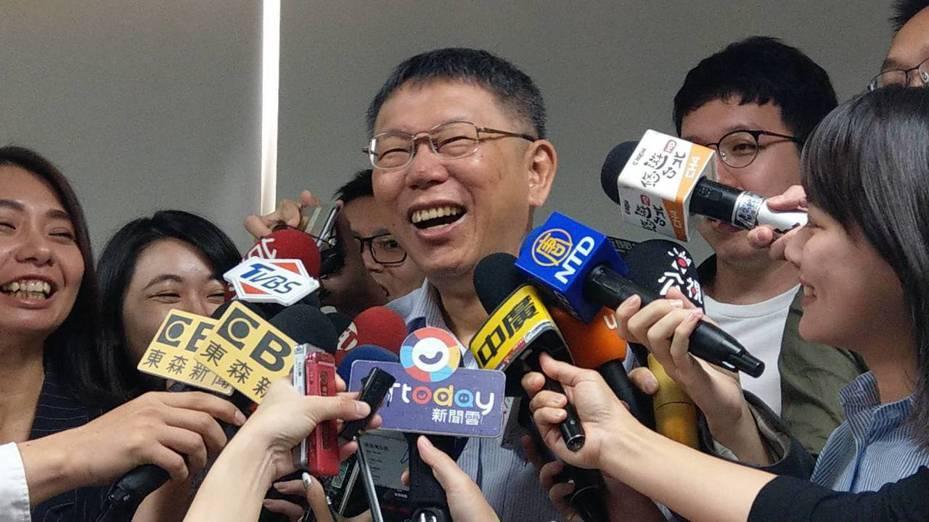 高雄市長韓國瑜昨在政見發表會說,市府團隊非常認真,有些局處長做到快肝硬化、快爆肝。醫師出身的台北市長柯文哲大笑說,肝硬化通常是喝酒喝太多爆掉。記者楊正海/攝影