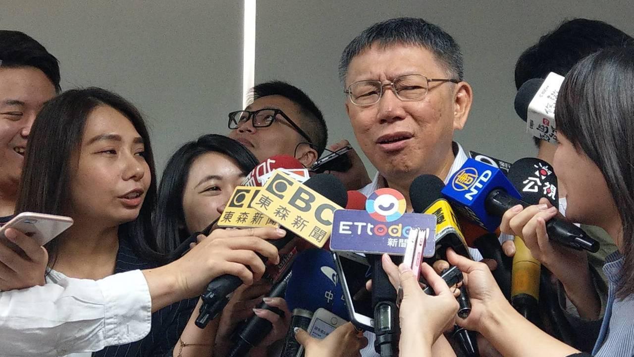 台北市長柯文哲上午出席中正區里長座談時,被媒體問到昨晚藍營總統參選人電視政見會時...