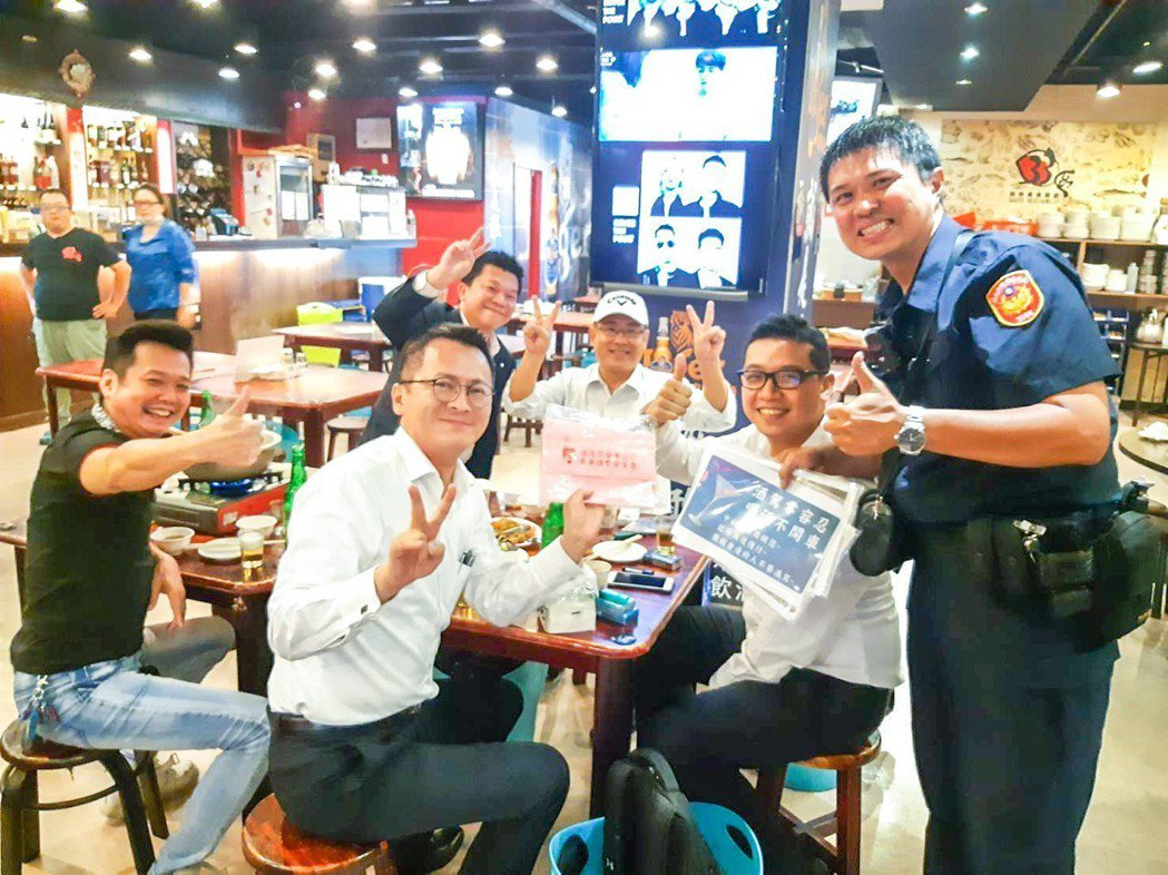 中山警方近日走訪轄內餐廳、小吃店及熱炒店, 宣導將施行的酒駕處罰新規定。記者蔡翼...