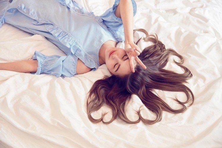 昆凌在6月份穿上自家品牌的格紋裙裝。圖/取自JENDES官網
