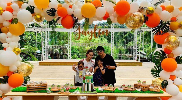 周董一家人近期很常曬圖,IG剛po出羅密歐2歲慶生會全家福。圖/取自IG