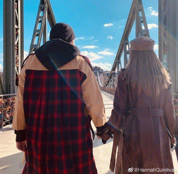 周杰倫和昆凌的背影曬愛圖,周杰倫穿的正是昆凌設計限量款「愛妻裝」。圖/取自微博