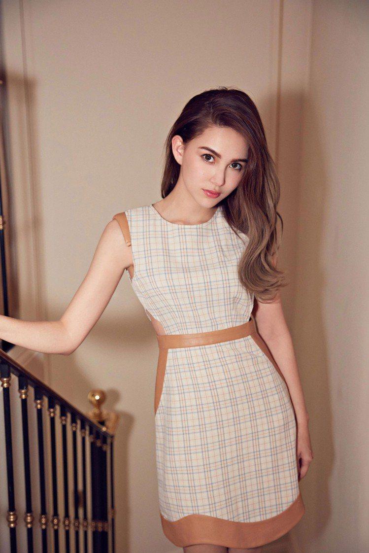 凌在6月份也推出腰間挖洞格紋裙,也算是和周董隔時空曬情侶裝。圖/取自JENDES...