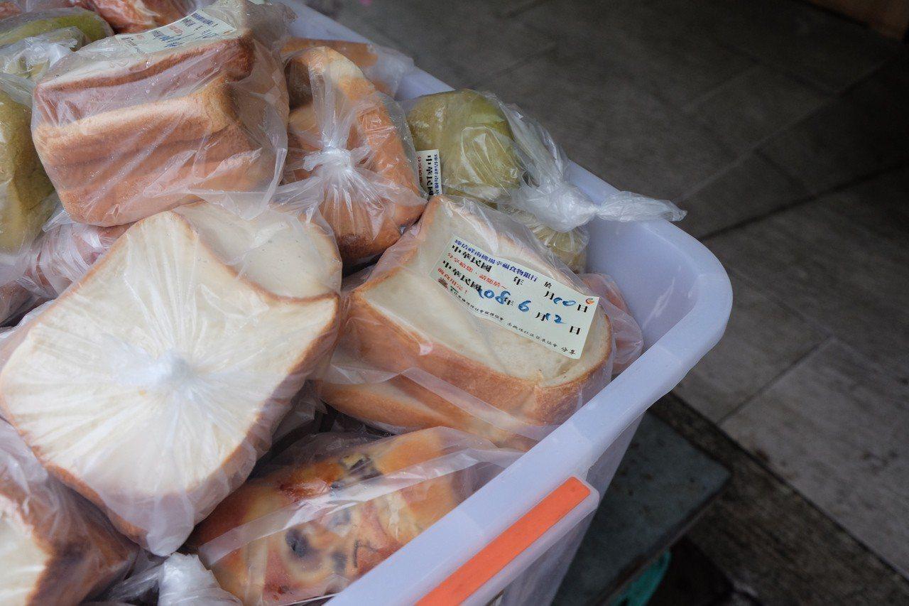 南機場幸福食物銀行與家樂福、哈肯舖等業者合作多年,收集來的食物透過冷鏈運送、分類...