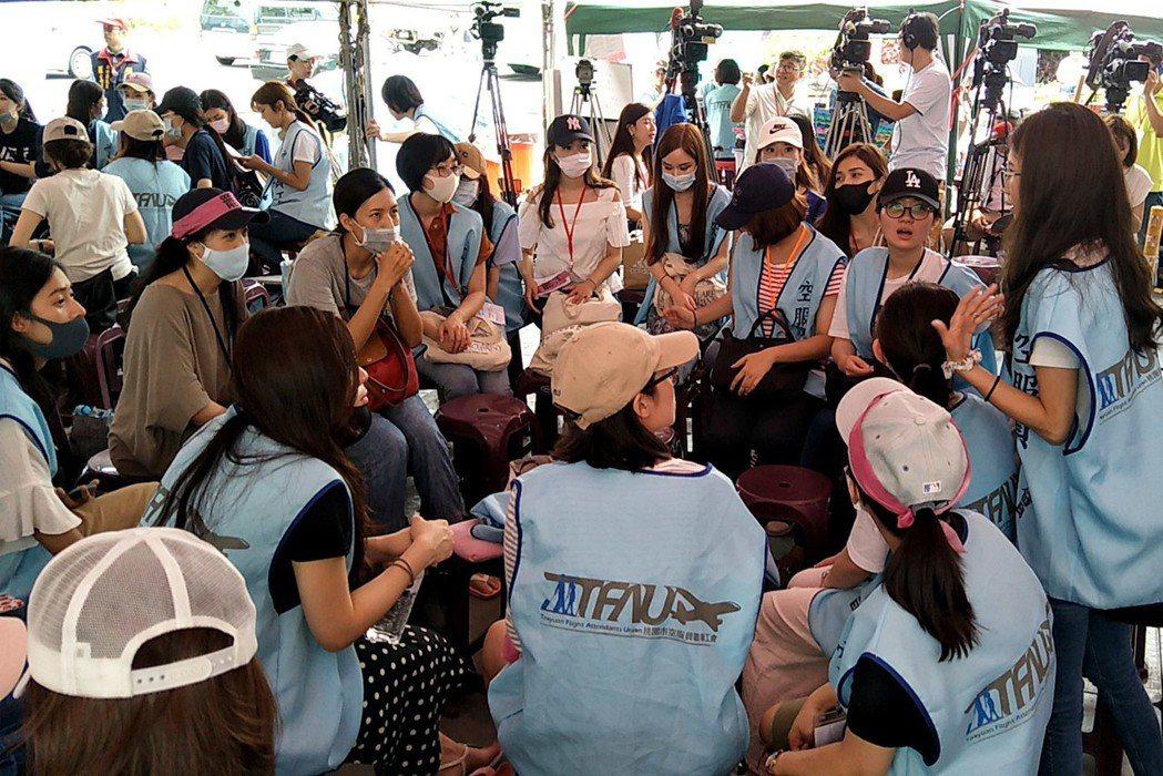 長榮航空空姐罷工第七天,罷工空服員圍小圈圈、分組討論新的協商具體對案,明天提資方...