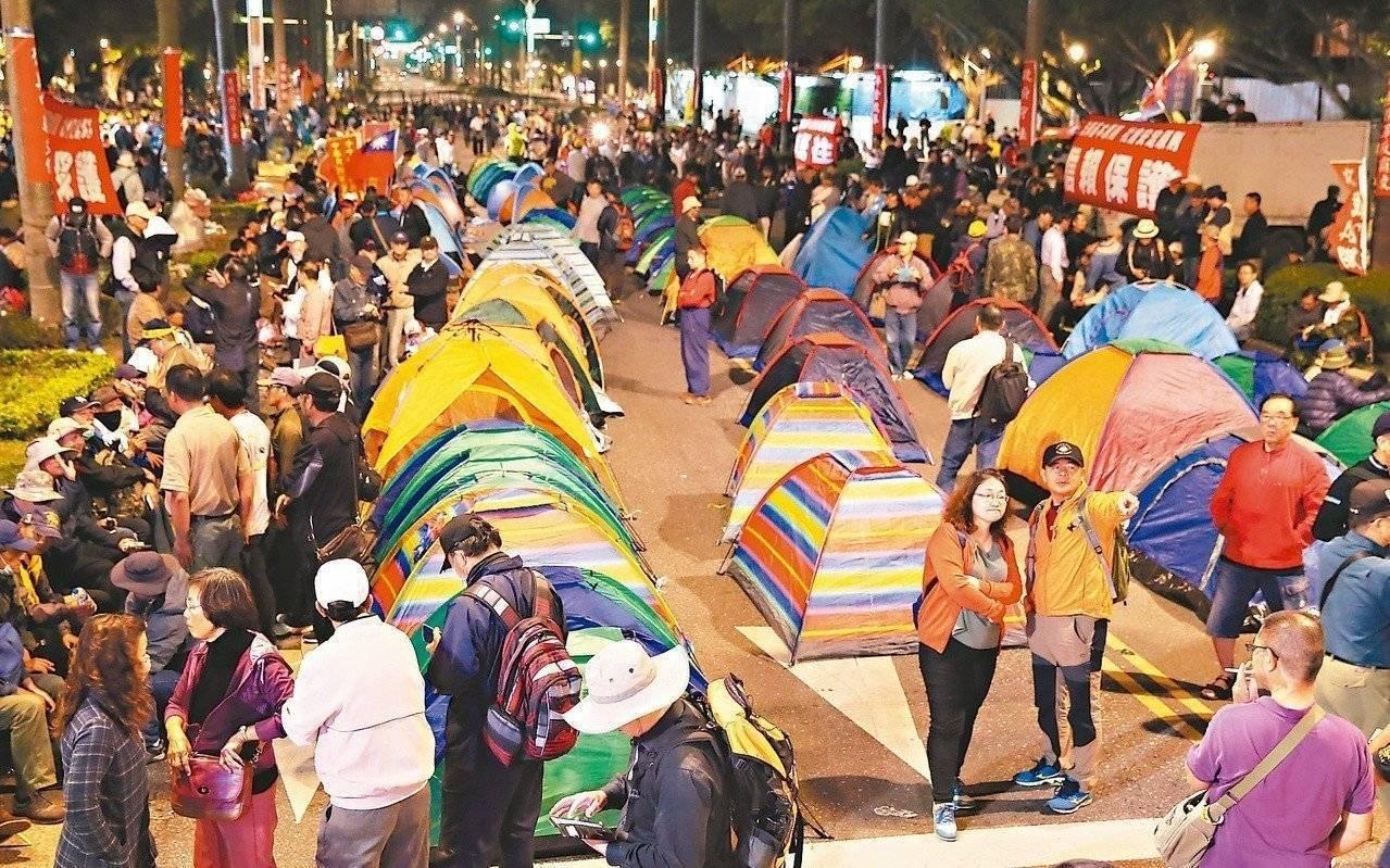去年4月,反年改民眾在中山南路搭帳篷抗爭。圖/本報資料照片