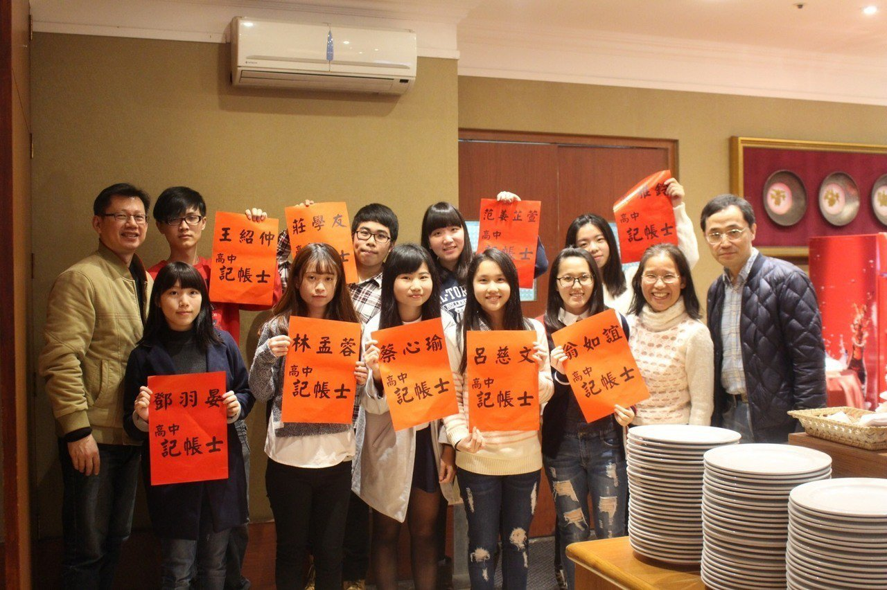 會計實務產業專班1、2屆學生19人考取國家級記帳士專業執照。圖/中壢高商提供