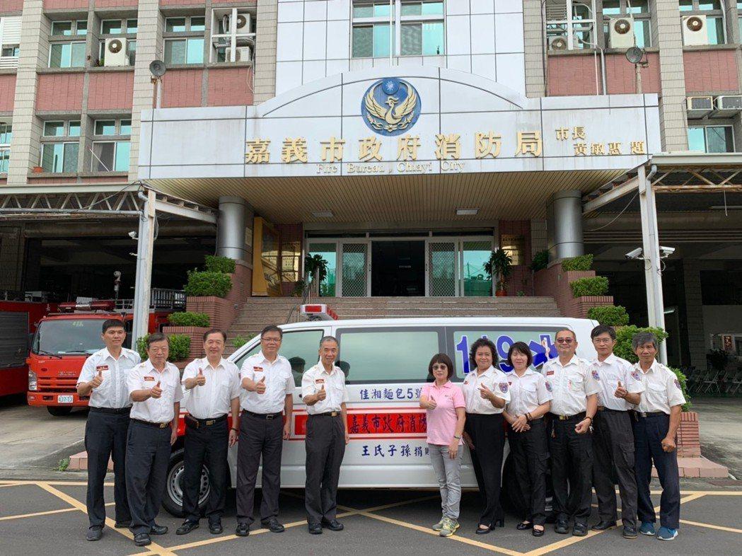 嘉義市佳湘麵包董事長黃秀芳(左六)今天捐贈配有自動心臟電擊器等精良器材的救護車。...