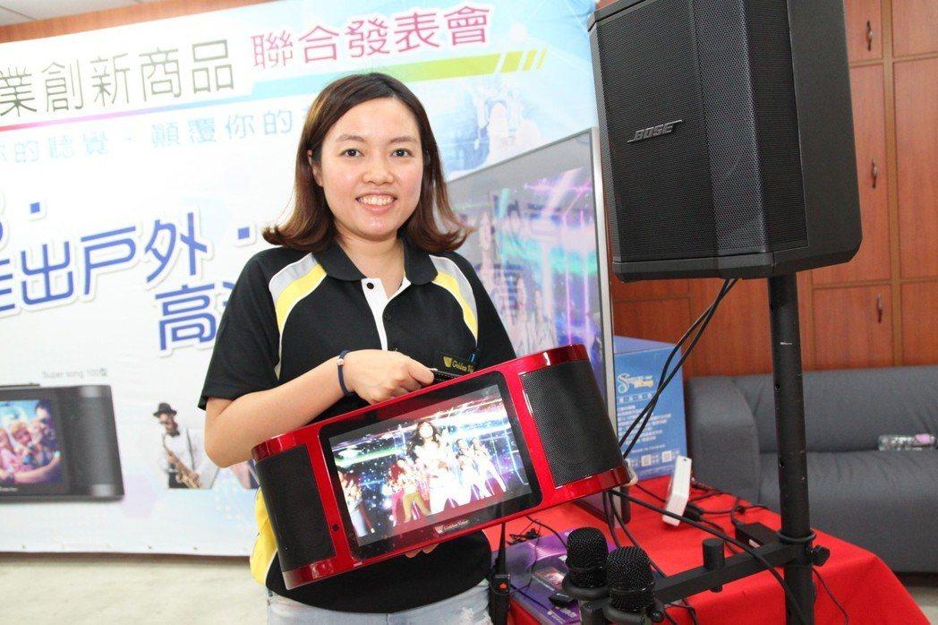 金嗓電腦科技公司的新型電腦伴唱機體積小、重量輕,便於攜帶。記者黃寅/攝影
