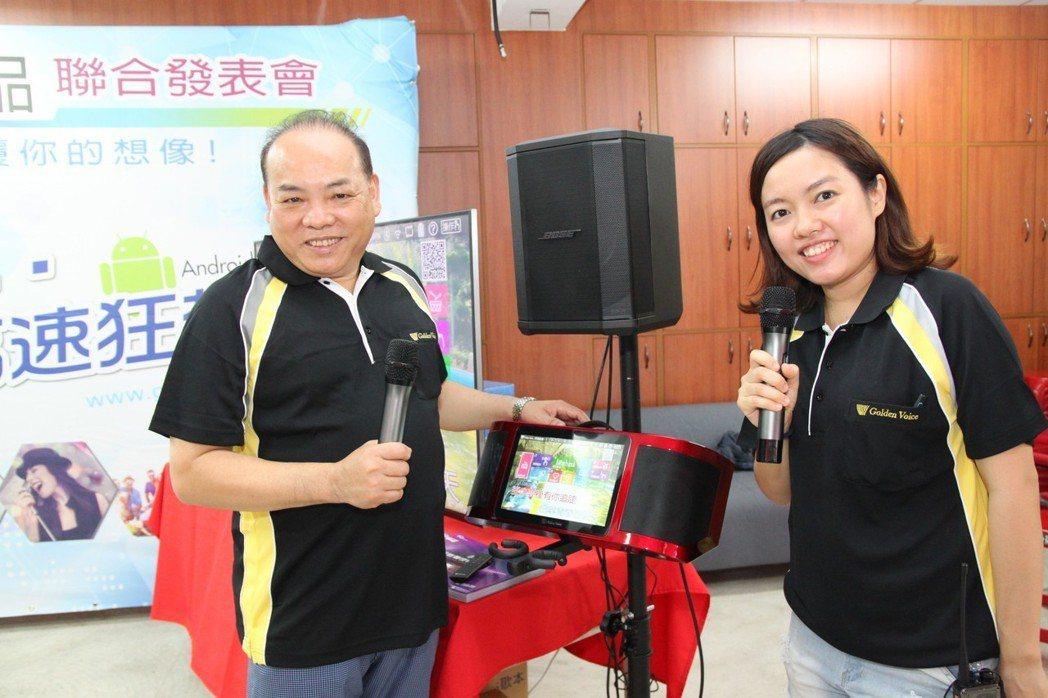 金嗓電腦科技公司董事長蔡世寅(左),是台中市前市長林佳龍時代的民政局長。記者黃寅...