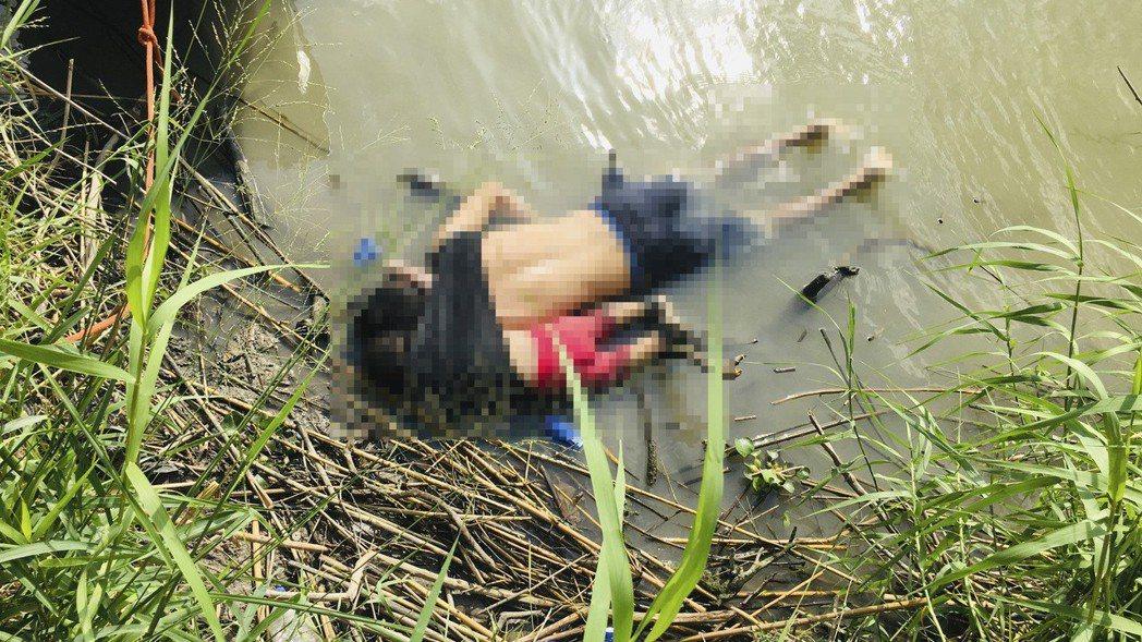 墨西哥記者24日在鄰近美國德州的馬塔莫羅斯附近,拍到不幸溺斃的薩爾瓦多籍父女馬丁...